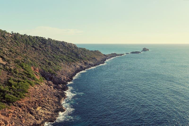 De rotsachtige kustlijn van S Ribell van Mallorca spanje stock foto