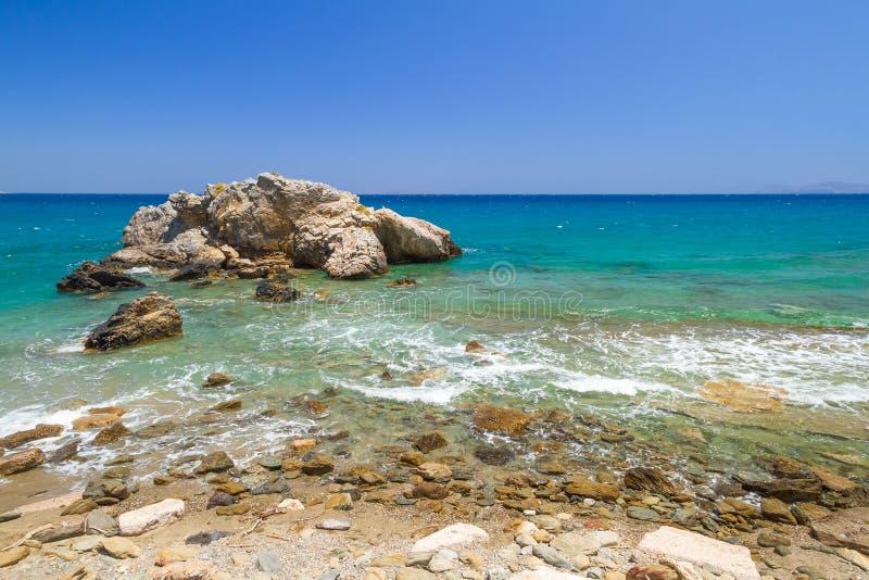 De Rotsachtige Mening Van De Baai Met Blauwe Lagune Op Kreta Stock Afbeeldingen