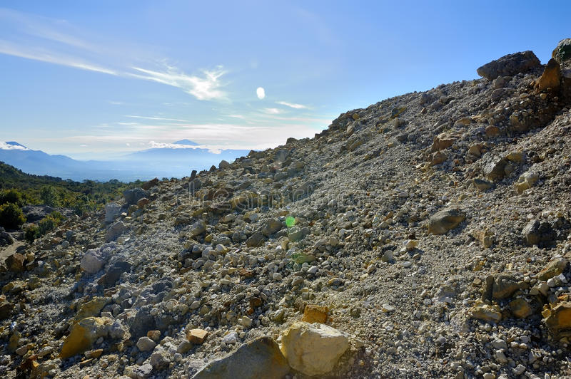De rotsachtige Mening van de Berg over Papandayan royalty-vrije stock afbeelding