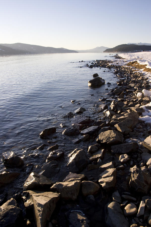 De rotsachtige Oever van de Winter op Meer Pend Oreille Idaho stock foto's