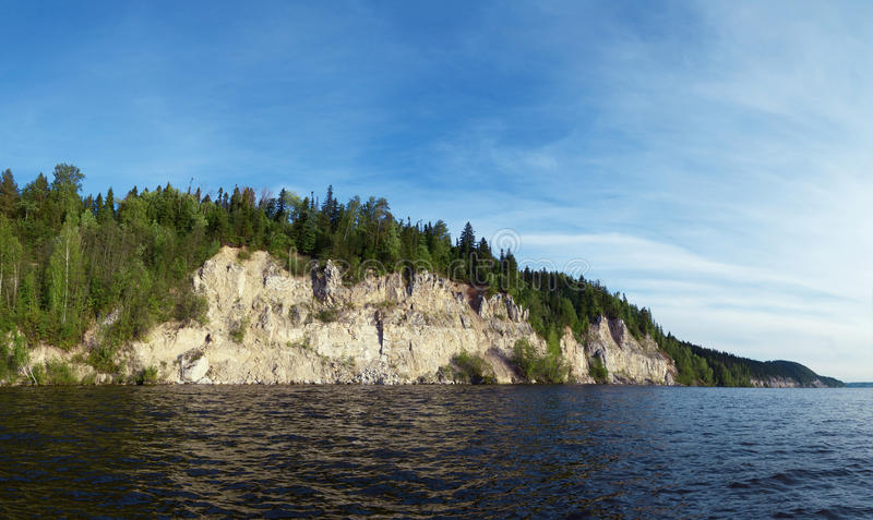 De rotsachtige rivier is behandeld met bos stock foto's