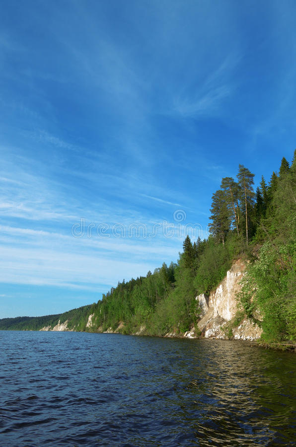 De rotsachtige rivier is behandeld met bos royalty-vrije stock foto