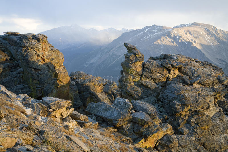 De rotsachtige Rukwinden van de Sneeuw van de Berg stock fotografie