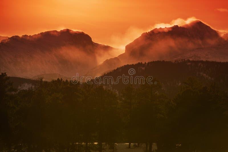 De rotsachtige Zonsondergang van de Berg royalty-vrije stock afbeelding