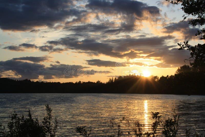 De rotsachtige Zonsondergang van het Meer royalty-vrije stock afbeelding