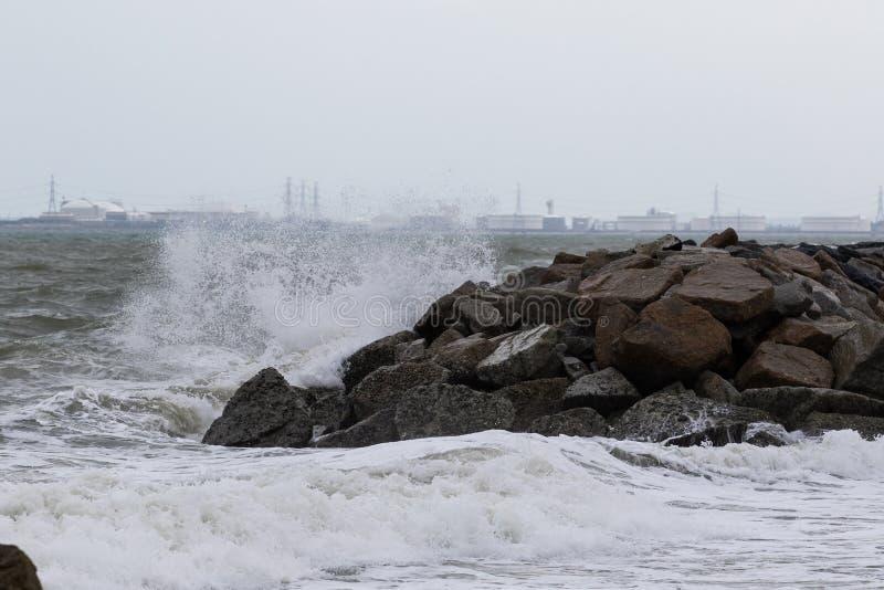 De rotsdam beschermt overzees kusterosiegebruik voor natuurlijke bescherming stock fotografie
