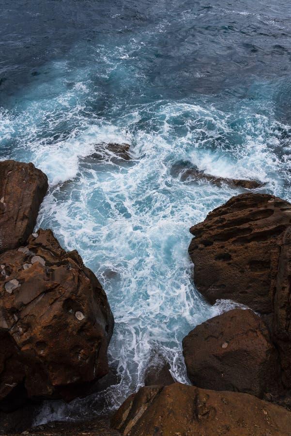 De rotsen en het blauwe overzees royalty-vrije stock foto's