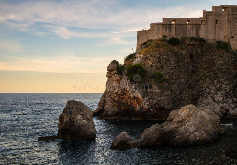 De rotsen en de vesting van de oude stad van Dubrovnik Kroatië stock fotografie
