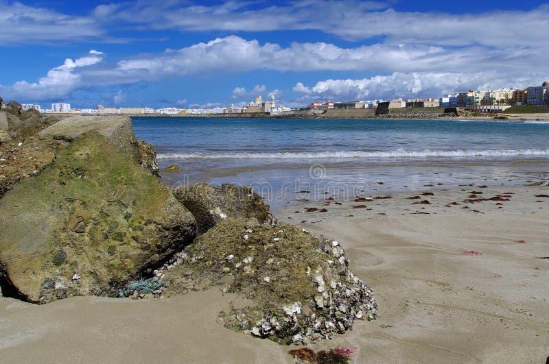 De rotsen op het strand, Cadiz stock afbeelding