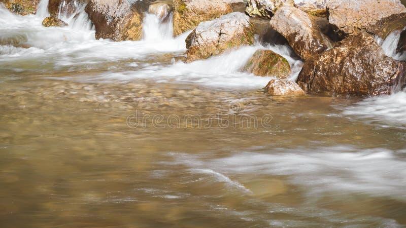 De rotsen in rivier, sluiten omhoog stock foto's