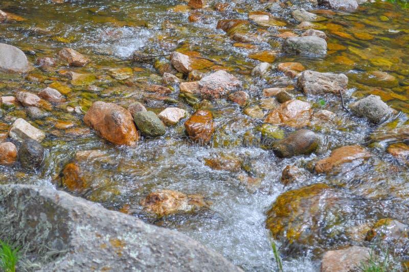 De rotsen van de bergrivier in Villa Algemene Belgrano, de Provincie van Cordoba royalty-vrije stock foto's
