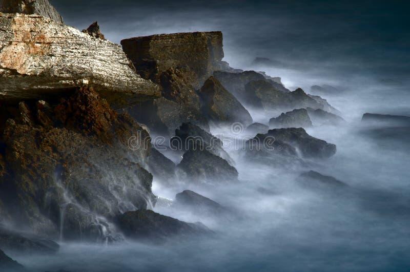 De rotsen van de mysticus en bevroren water stock afbeelding