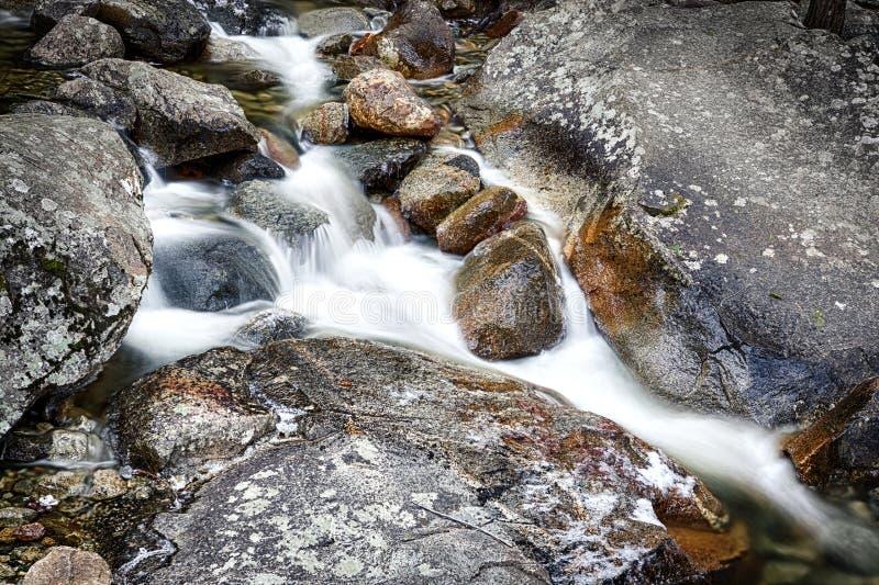 De rotsen van de rivier en stromend water royalty-vrije stock afbeeldingen