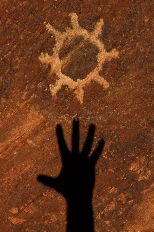 De Rotstekening van de zon die in Zandsteen wordt gesneden royalty-vrije stock afbeeldingen