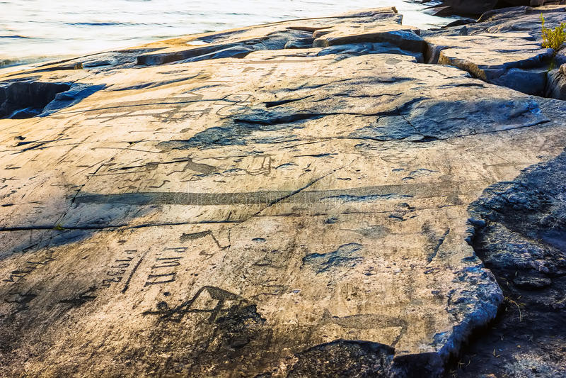De Rotstekeningen van Onega op de Kaap Besov Nrs. royalty-vrije stock foto