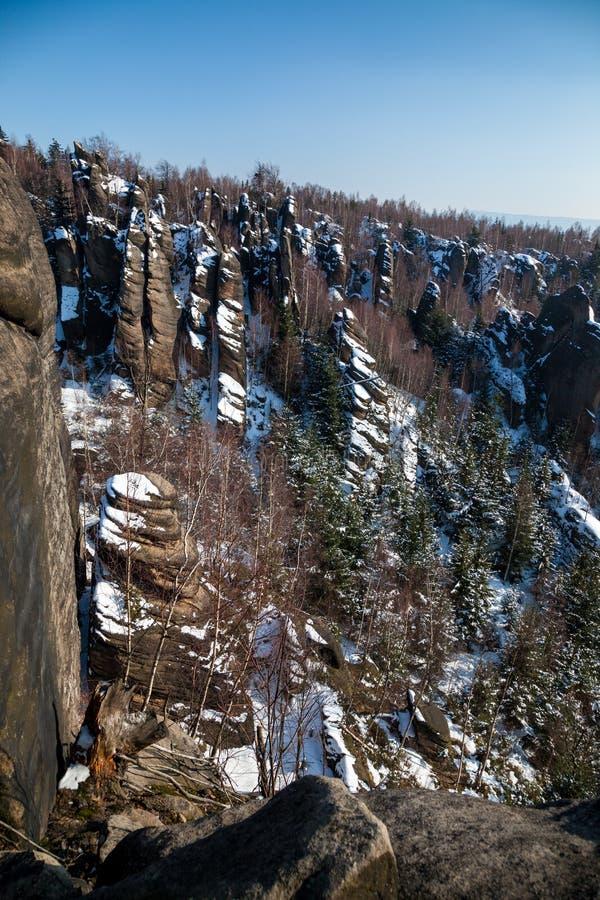 De rotsvorming kent als Broumov-muren dichtbij Bromov in Czechia stock afbeelding