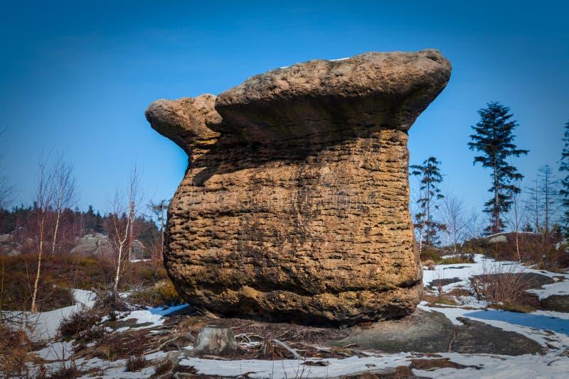 De rotsvorming kent als Broumov-muren dichtbij Bromov in Czechia stock fotografie