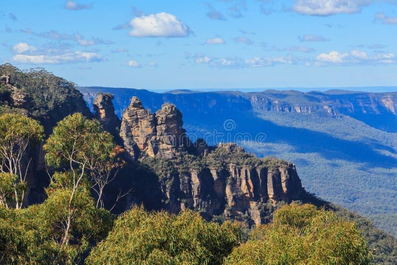De rotsvorming van 'drie Zusters in Blauwe Bergen, Australië, met eucalyptusbomen royalty-vrije stock afbeelding
