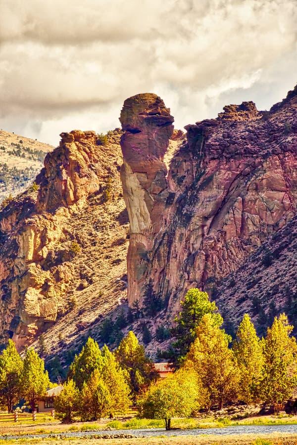 De rotsvorming van het aapgezicht in Smith Rock State Park in Centraal Oregon stock foto