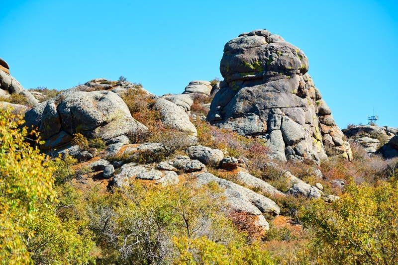 De rotte rots en de blauwe hemel stock afbeeldingen
