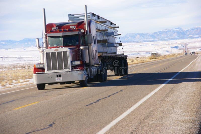 De rouge camion semi sur la route de l'hiver photographie stock