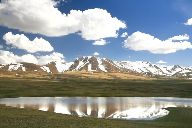 De route van mooie toneel van Bishkek aan Lied kul meer, Naryn met de Tian Shan-bergen van Kyrgyzstan royalty-vrije stock foto's