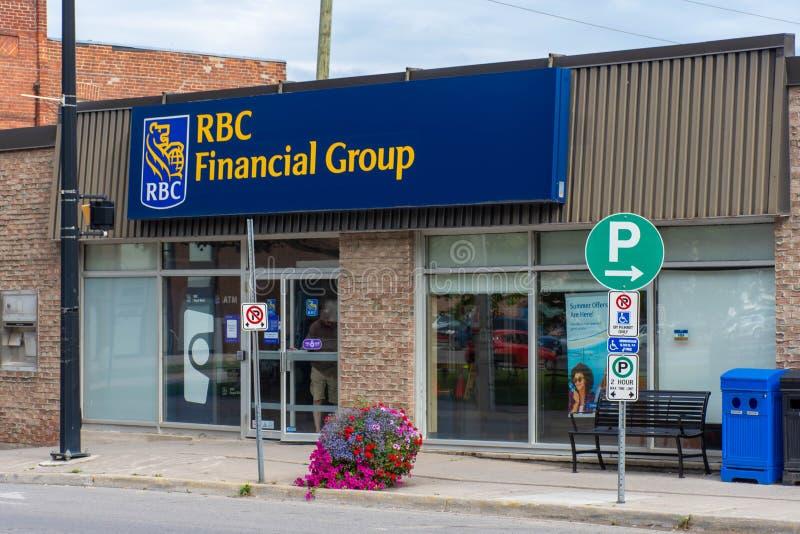De Royal Bank of Canada storefront ondertekent in een landelijke sreet Van de binnenstad van kleine stads Canadese stad van Brigh stock afbeelding