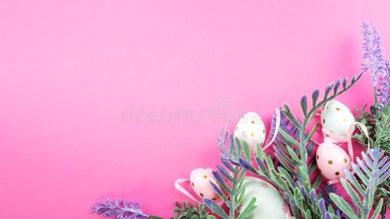 De roze achtergrond van Pasen die paaseieren stock fotografie