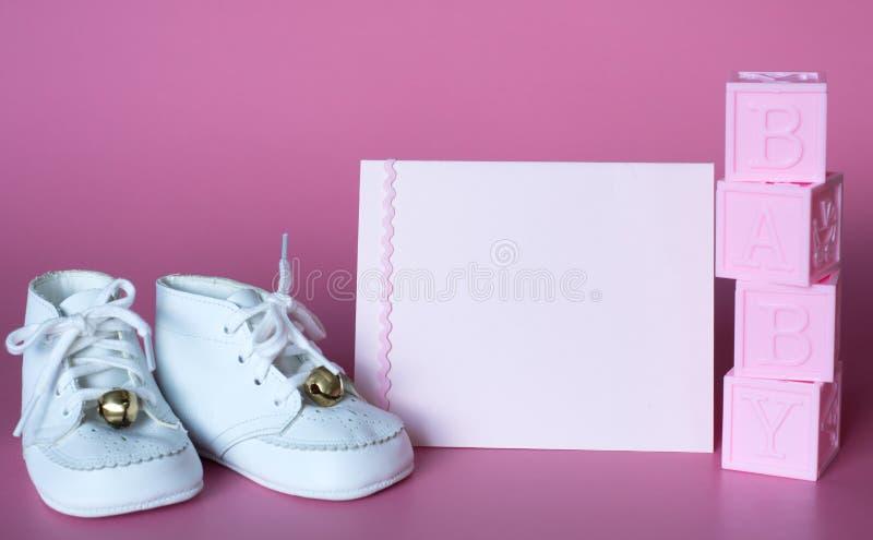 De roze de Babydouche van Babymeisjes of Kaart van de Geboorteaankondiging met Uitstekende Schoenen en Blokken Horizontale foto m royalty-vrije stock foto's