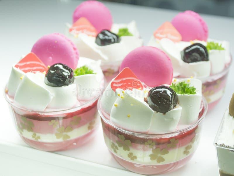 De roze cake van de macaronskop royalty-vrije stock foto