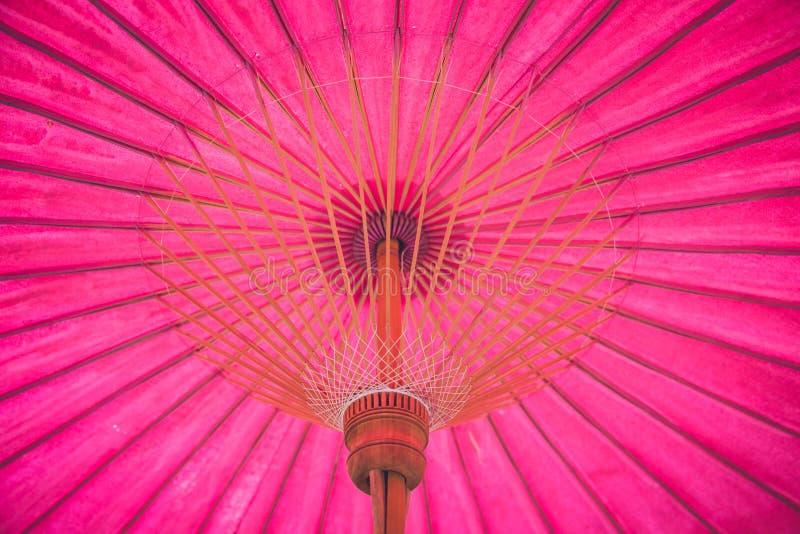 De roze document Thaise met de hand gemaakte stijl van de bamboe houten paraplu royalty-vrije stock fotografie