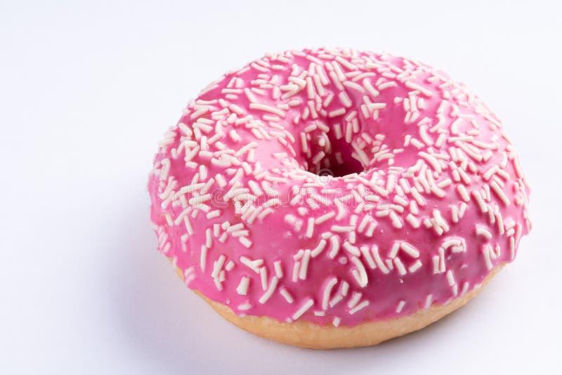 De roze doughnut op witte achtergrond, sluit omhoog macro royalty-vrije stock afbeelding
