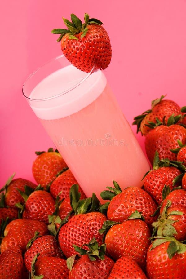 De roze drank van de aardbeigezondheid stock foto