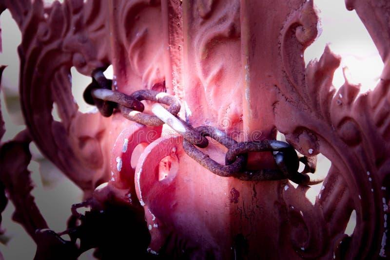 De roze gevormde deuren bonden met kettingen in bijlage met roestige Bruin royalty-vrije stock afbeeldingen