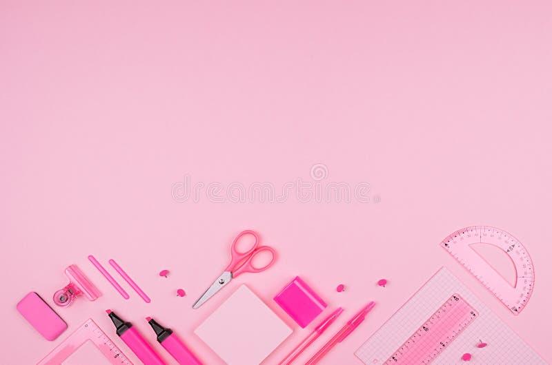 De roze inzameling van de bureaukantoorbehoeften op zachte pastelkleur roze document achtergrond, hoogste mening, exemplaarruimte stock fotografie