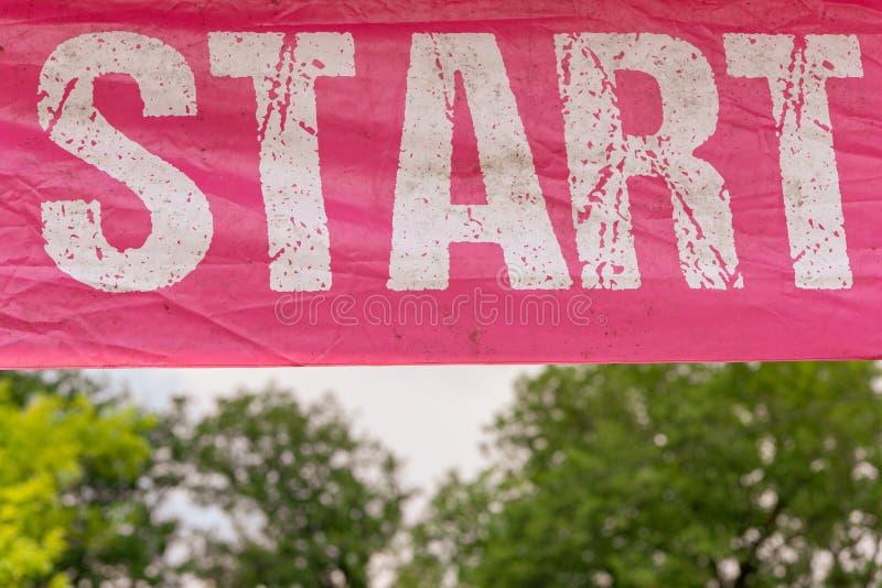 De roze kleur van de beginbanner met het witte van letters voorzien stock afbeelding