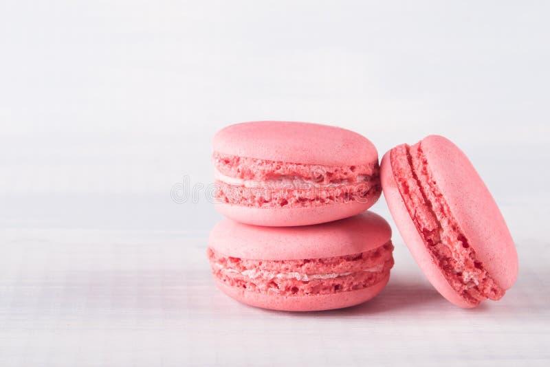 De roze koekjes van de aardbeismaak op een lichte achtergrond royalty-vrije stock afbeeldingen