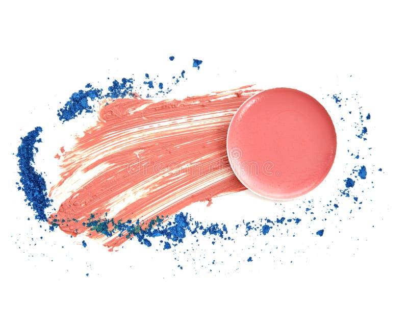 De roze oogschaduw van de lippenstiftvlek in cirkeldoos op wit stock fotografie