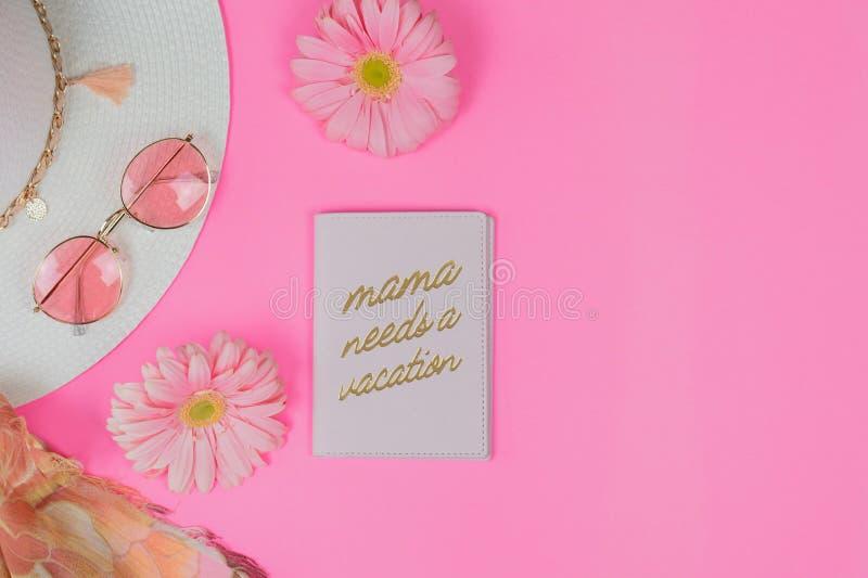 De roze reisvlakte legt met paspoortdekking die zegt het Mamma een vakantie vergt royalty-vrije stock foto's