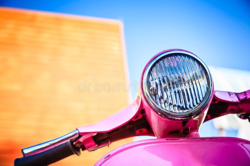 De roze retro motorfiets van het close-up stock afbeeldingen