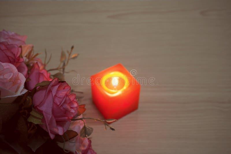 De roze rozen van Valentine met vlammende kaars royalty-vrije stock afbeeldingen