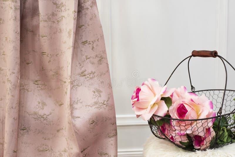 De roze steekproef van de gordijnstof Gordijnen, de stoffering van Tulle en van het meubilair royalty-vrije stock foto