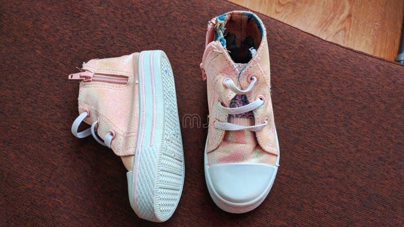 De roze tennisschoenen van kinderen stock afbeeldingen