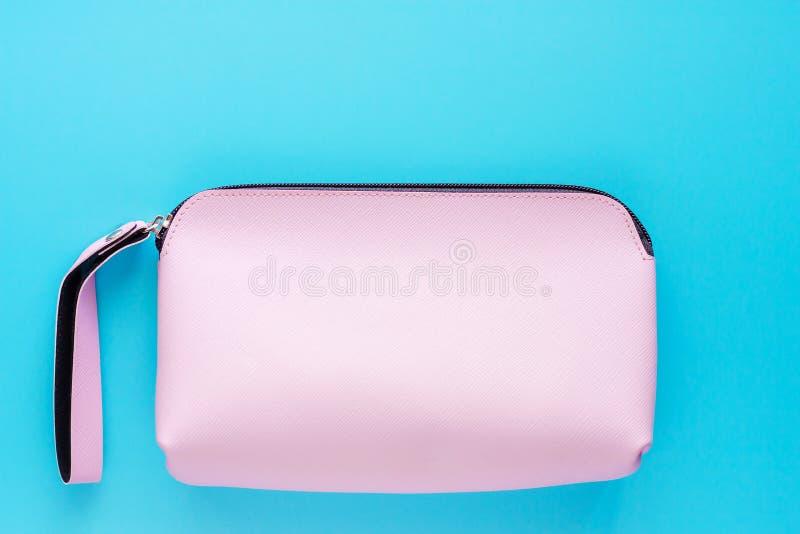 De roze zak van het dameleer op blauwe achtergrond stock foto's