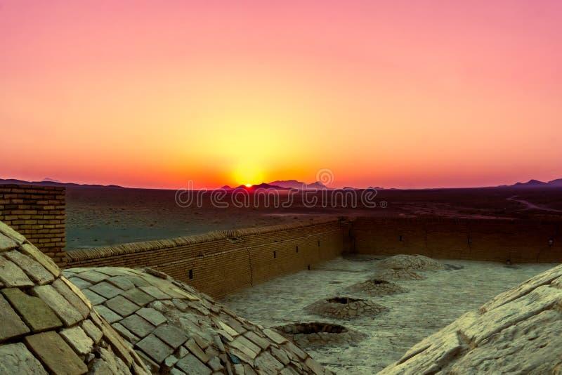 De roze zonsopgang abonded over caravansarai in de woestijn door Varzaneh stock afbeelding