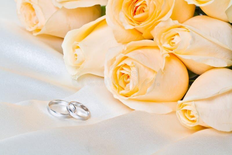 De rozen van Champagne met ringen 2 stock afbeelding