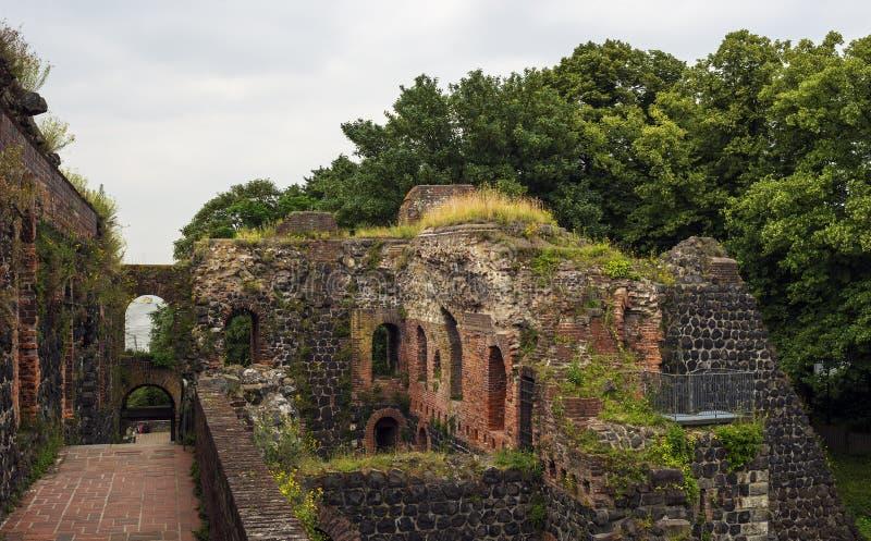 De ruïne Kaiserspfalz in Dusseldorf in Duitsland stock afbeeldingen