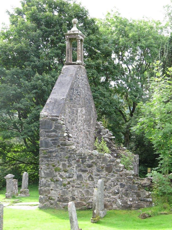 De Ruïne van de Balquiderkerk met Rob Roys Grave stock foto