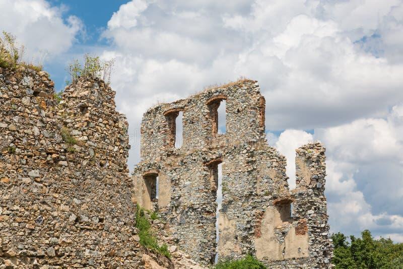 De Ruïne van het Oponicekasteel, Slowakije stock fotografie