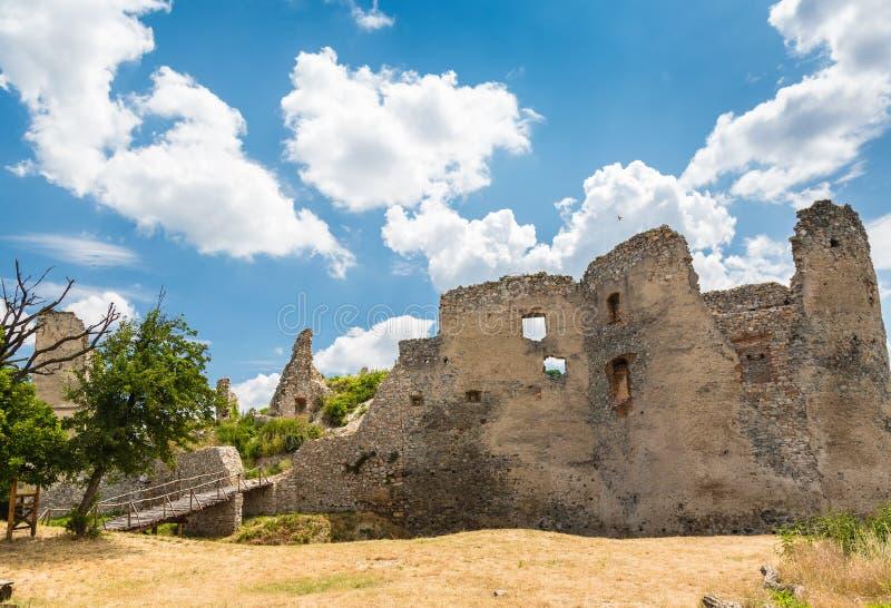 De Ruïne van het Oponicekasteel, Slowakije stock foto's